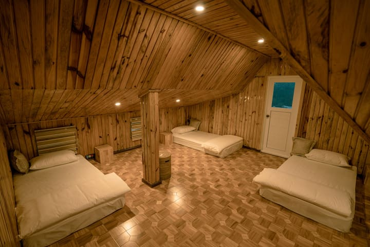 Here it comes the little attic. 3 Single Beds.