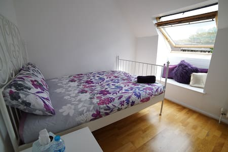 Comfy, Clean London room.
