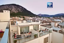 Sunny apartment in the heart of Pollença with roof terrace solarium . Amazing views over the old town of Pollensa and the Serra de Tramuntana.
