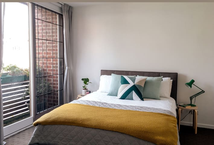 Spacious ensuite bedroom in the heart of the city