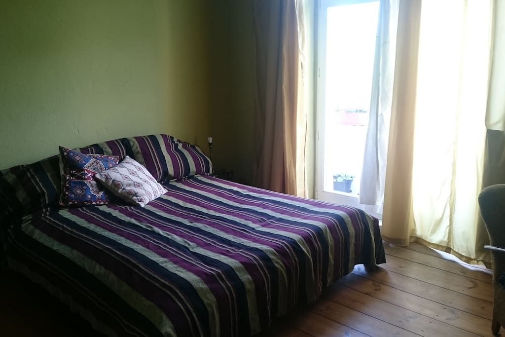 Großes Bett aus Massivholz