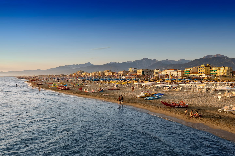 Il mare del Lido, la spiaggia e le Apuane sullo sfondo