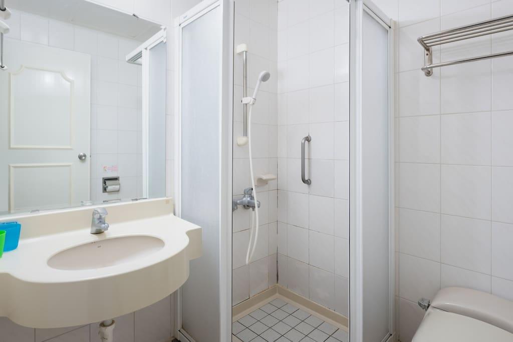 貼心的為您設計了乾濕分離的浴室讓您方便梳妝打扮~