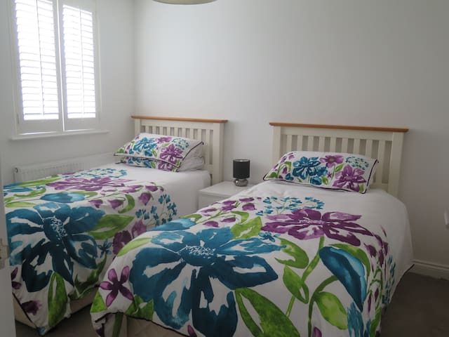Contemporary double room with 2 single beds