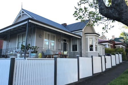 Private wing & bath 10min walk city - West Hobart
