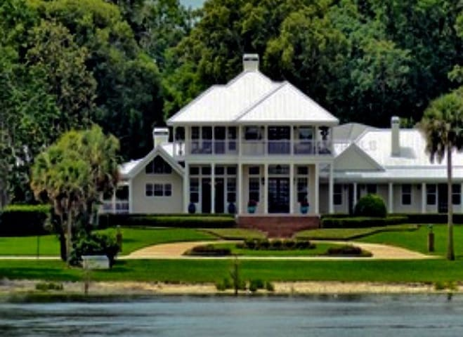 LakeFront Estate; Luxury 2 Private bdrms w/cooking