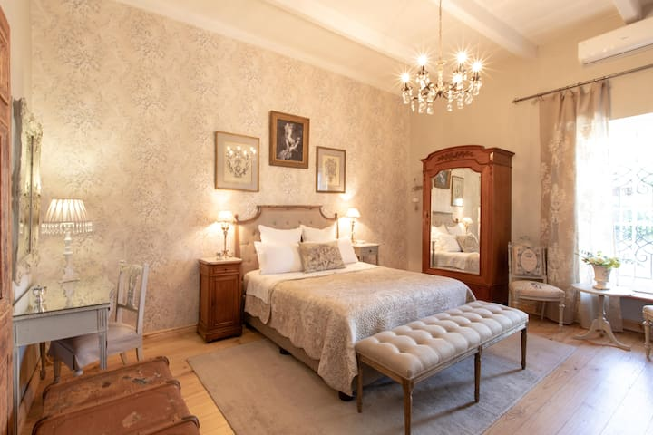 Domaine Du Cap - Queens Room