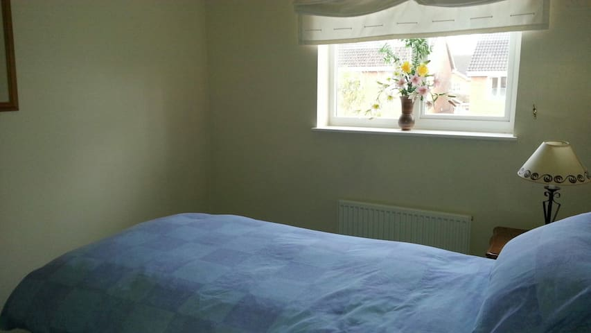 Spacious room with single bed - Brackley