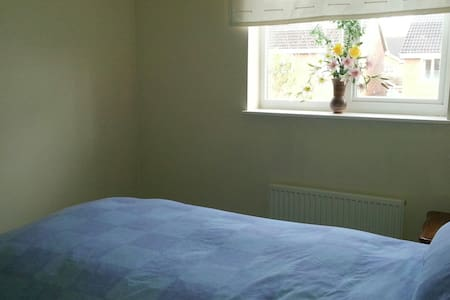 Spacious room with single bed - Brackley - House