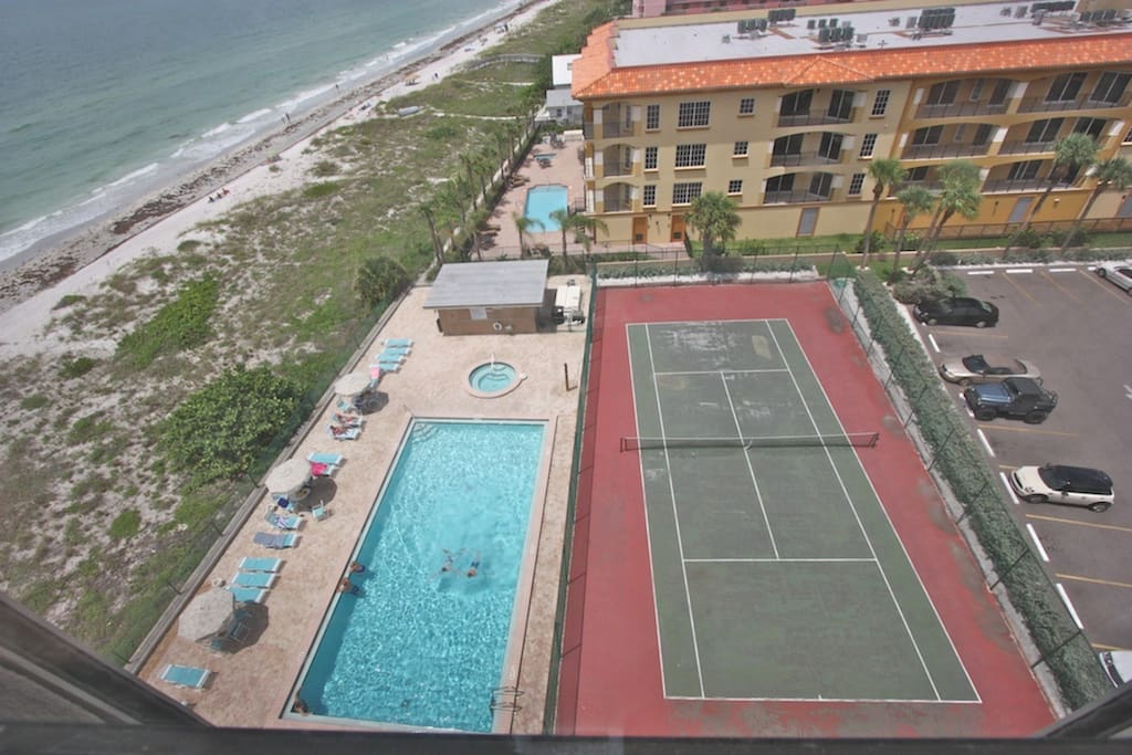 Communal Heated Pool/Hot Tub/Tennis Courts with Amazing views of The Gulf of Mexico