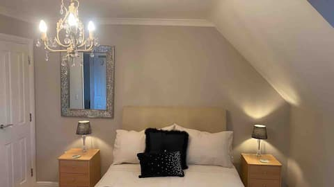 Central Honiton private top floor ensuite room