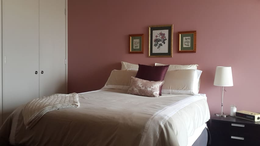 Master bedroom with queen size bed and bathroom ensuite..opens to terrace..