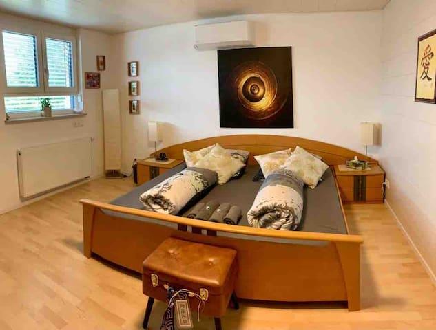 Großzügiges Doppelbett mit 2m * 2m.