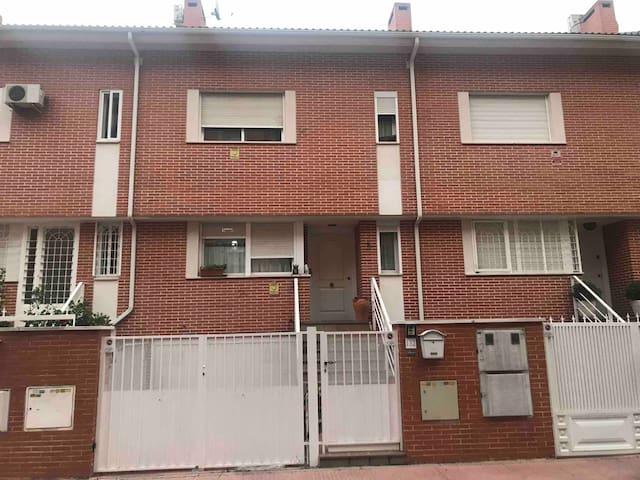 Habitación con  ventanas grandes. Cerradura puerta