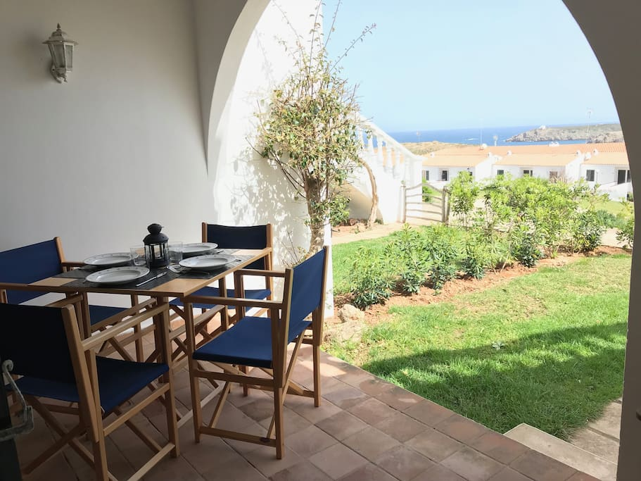Zona exterior privada con jardín con vistas al mar  /  Private outdoor area with garden overlooking the sea
