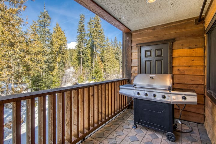 Luxurious Collins Lake condo w/updated amenities, shared pool & easy ski access!