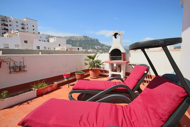 Sunny Penthouse with 33m2 Roof Terrace w/ BBQ in the heart of Calpe - 10mn walk to the Beach - Calp - Flat