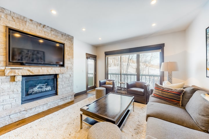 Ski-In/Ski-Out Home w/Free WiFi/Gas Fireplace/Shared Pool & Hot Tub/Elevator!