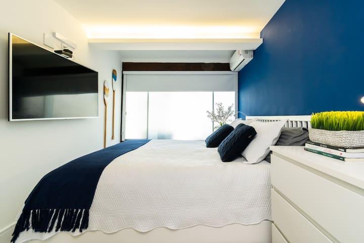 suite 1 com cama queen, Tv, ar condicionado, sky e 1 colchão extra de solteiro.