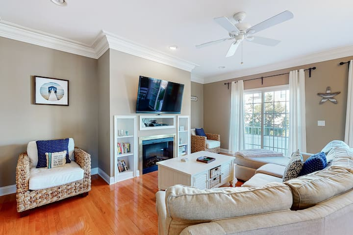 Loggerhead townhouse with gas grill, WiFi, and jetted tub!