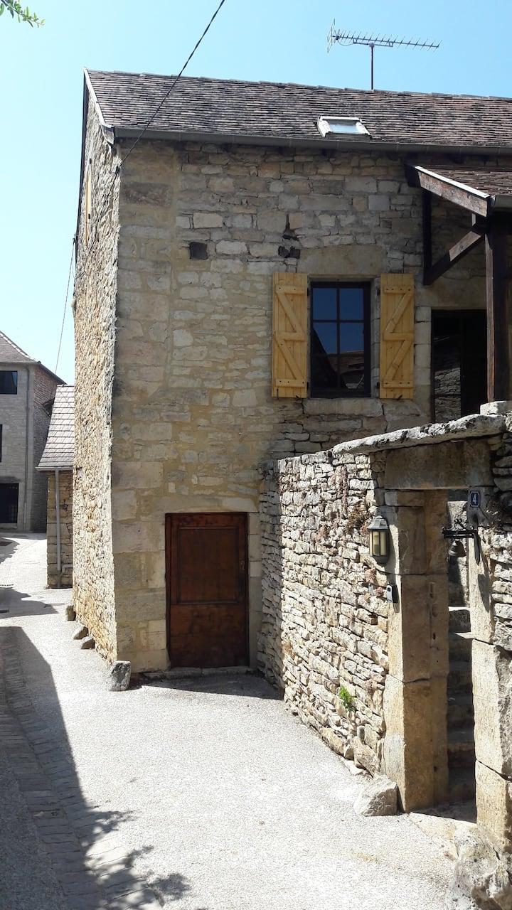 Maison en pierres au cœur d'un village médiéval