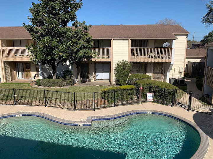 Lovely 1 bedroom condo overlooking the Pool