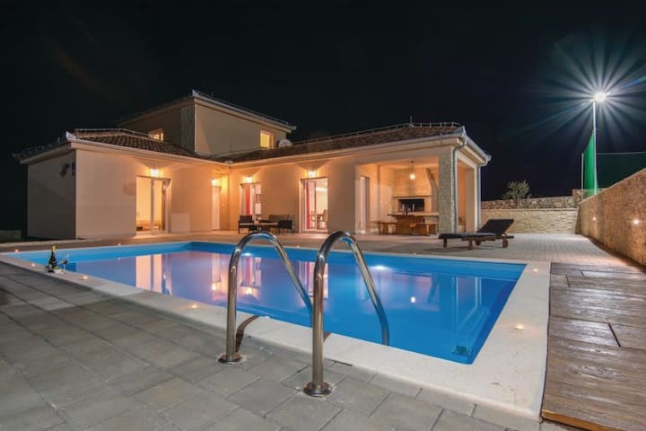 Villa Moderna with pool and tennis court