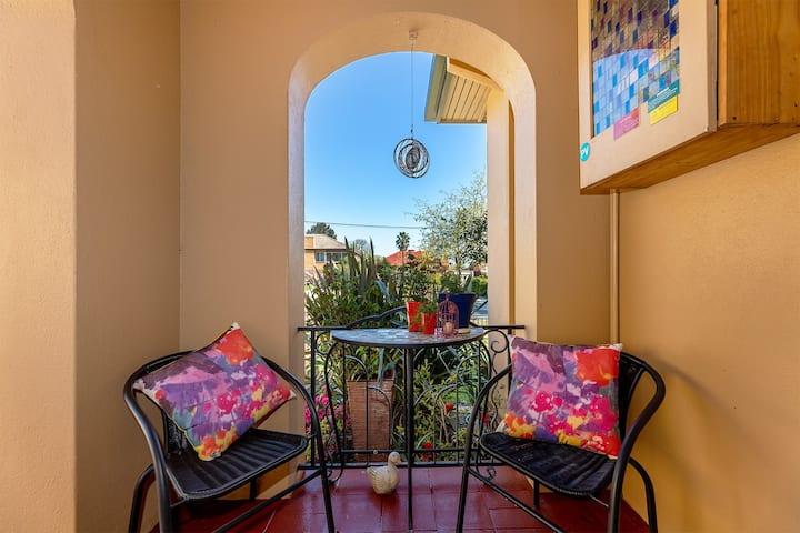 Cullalo ArtHouse: Stylish & Modern Art-Deco Stay