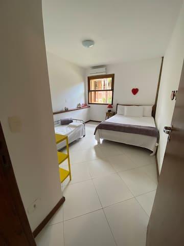 Quarto 1 - todo mobiliado, com uma cama de casal e uma cama de solteiro.