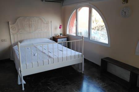 Habitación doble con baño muy cerca de Barcelona. - Sant Cugat del Vallès - Chalet