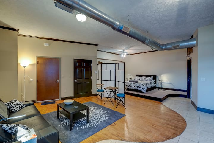 Large Studio w/ Parking Steps from the Capitol!