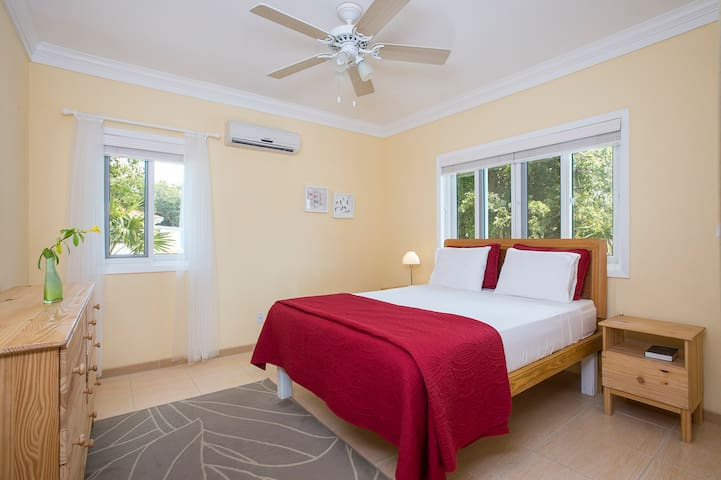 Luxurious Island Butterfly Suite!  Near Beaches!