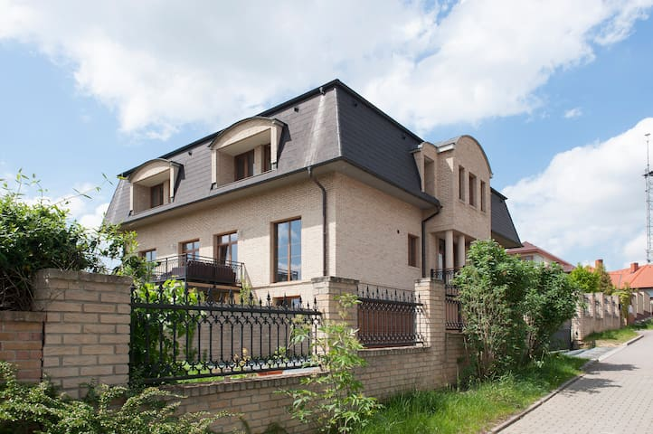 Villa Prague, rent 3 separate rooms - Prague - Villa