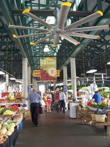 Farmers Market with 10 restaurants! Just 2 blocks away!