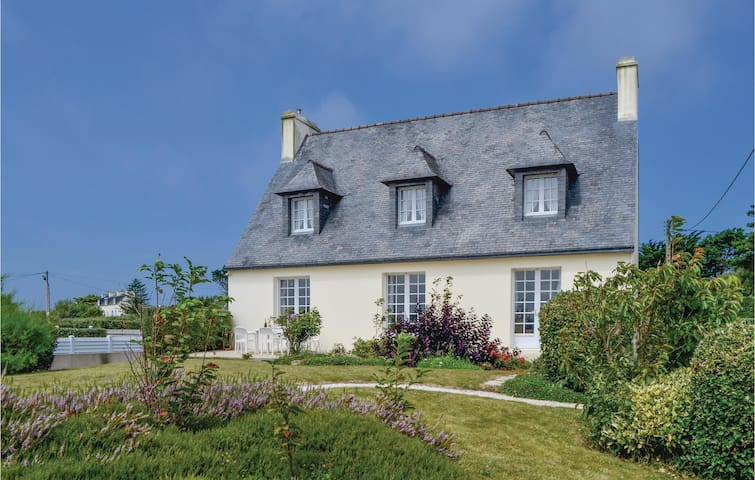 Holiday cottage with 2 bedrooms on 92 m² in Lilia, Plouguerneau