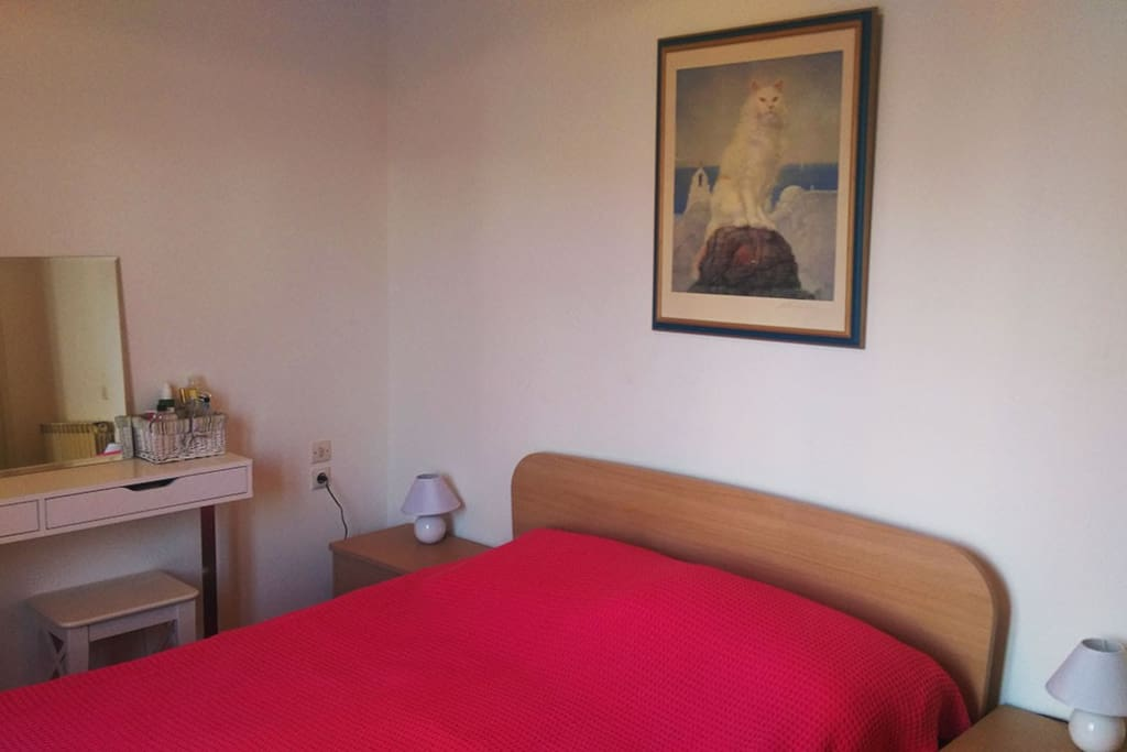 Δωμάτιο με διπλό κρεβάτι, γυναικείο μπουντουάρ και δίφυλλη ντουλάπα