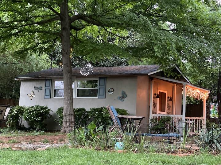 Cozy cottage, quiet, comfortable (behind home).