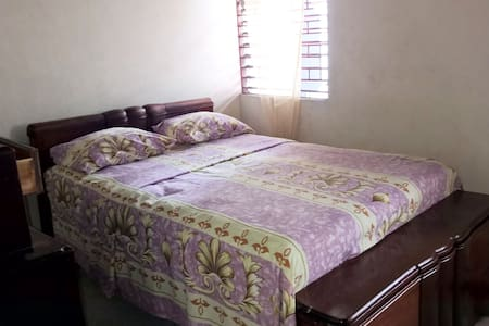 Airy Room close to the University (private bathrm) - Kingston - Adosado