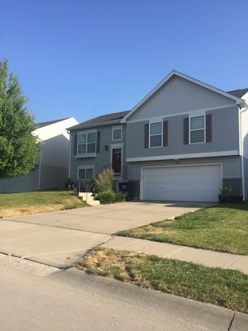 Spacious House in a Quiet Safe Area - Omaha