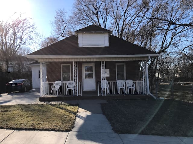 Charming brick bungalow - Sioux City - Casa