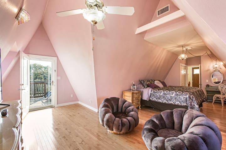 "Welcome to ""Wonderland""!! Third Floor retreat"