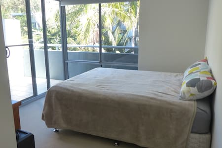 Private bedroom, bathroom, balcony near the beach - Dee Why