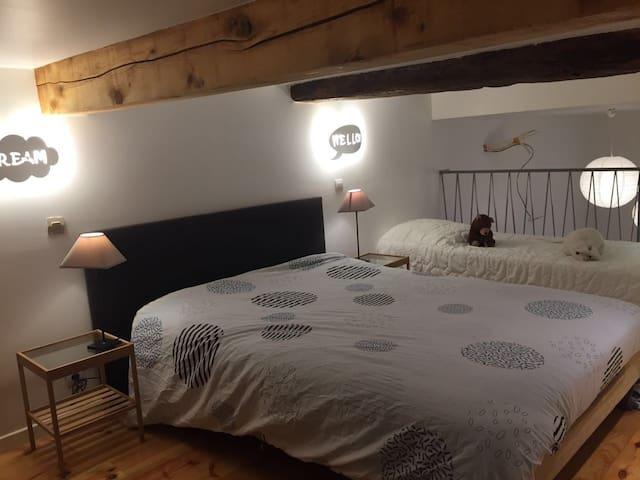 Un lit de 2 places et un lit de 1 place à étage.