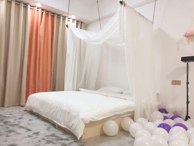 「白房子民宿」/芦苇/床幔/投影仪/房间清香/大-学路/落地穿衣镜!!隔音超好!!