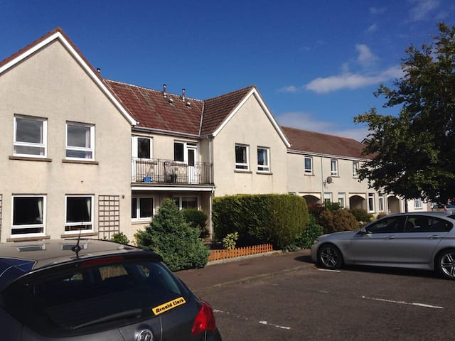 St Andrew's child friendly flat with car parking!