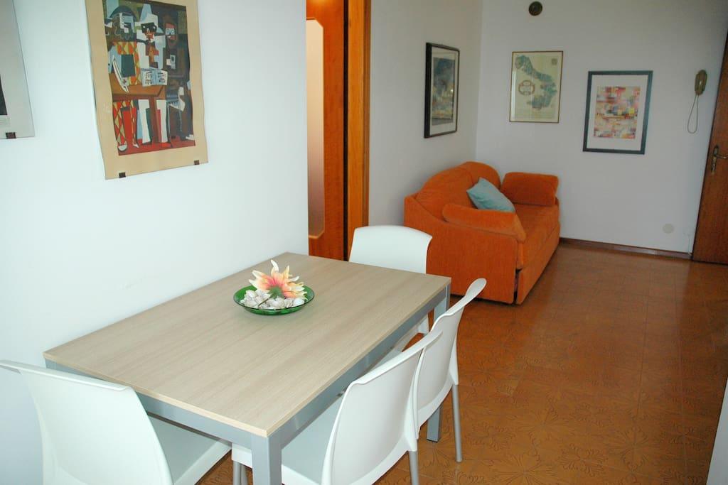 Soggiorno-pranzo con divano letto   Living-dining room with sofa bed