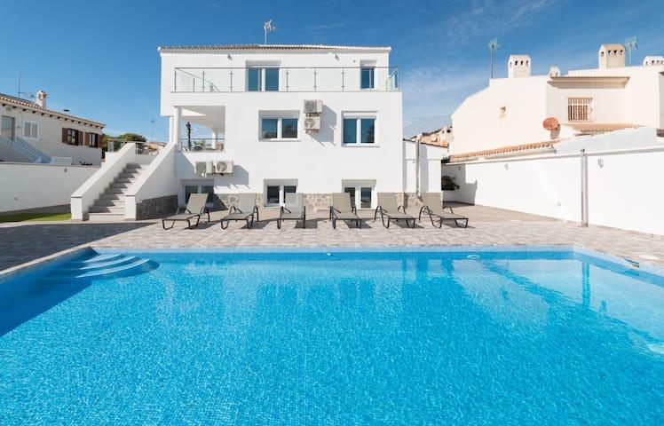6 Bed Modern Luxury Villa 5 Min Walk to Beach!