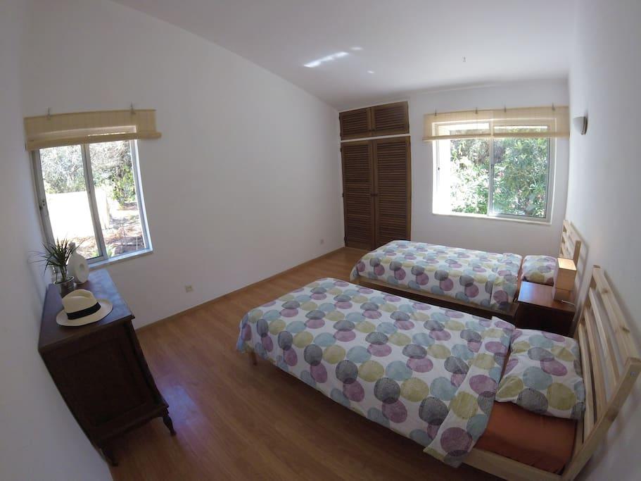 Bedroom w/ 2 single beds