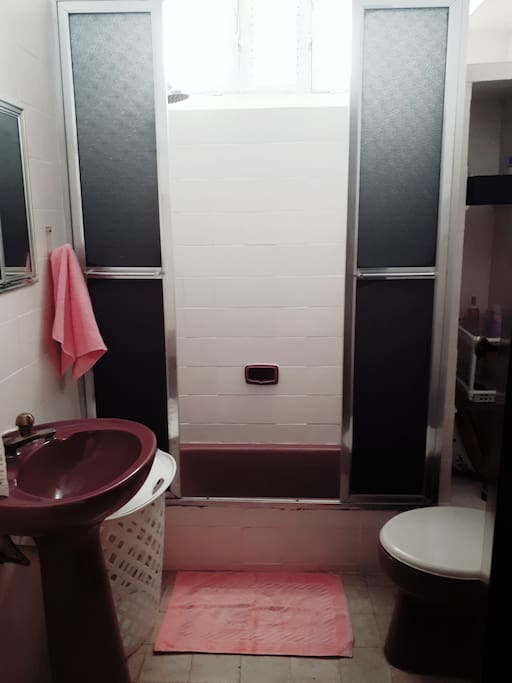 Banheiro (2o piso) com espelho, chuveirinho, chuveiro com banheira (aquecimento a gas)