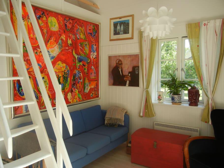Bemærk stejl trappe op til hemsen/soveværelse på 1.sal.